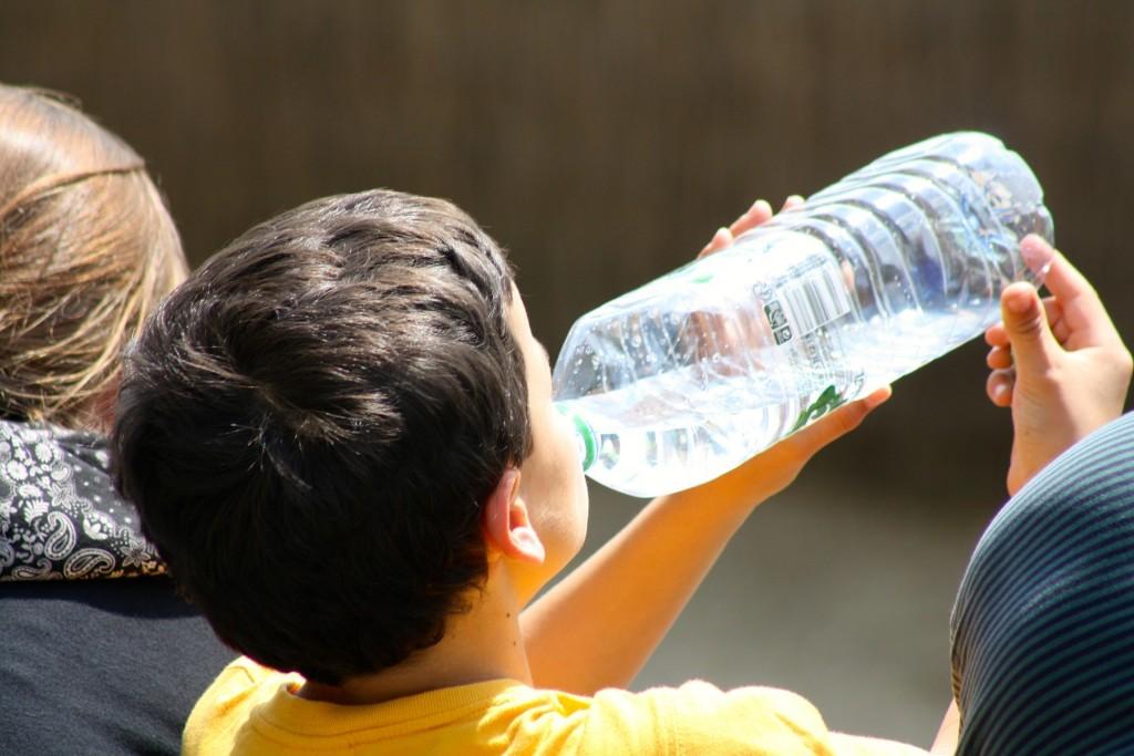 boy-drinking-from-bottle-738210_1920